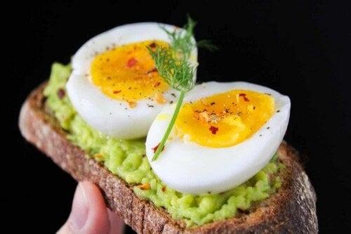 Colazione salata con uova e avocado.