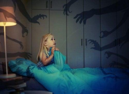 Come aiutare un bambino che ha paura del buio?