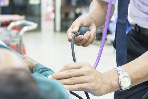 medico misura pressione sanguigna ad un paziente