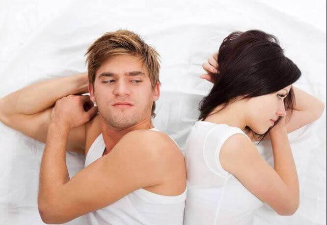 Coppia arrabbiata a letto vittimismo cronico