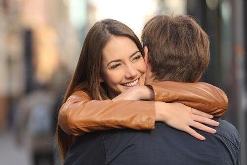 ragazza abbraccia ragazzo
