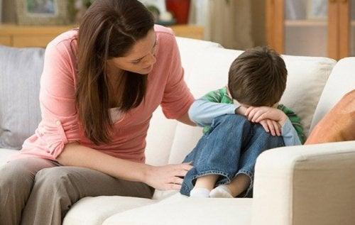 Adulti che non sono stati amati da bambini - Bambino che piange e madre che lo consola
