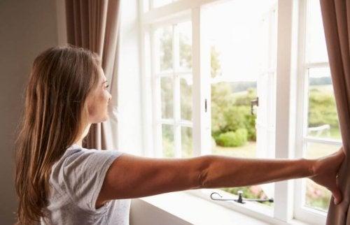 Donna apre la finestra