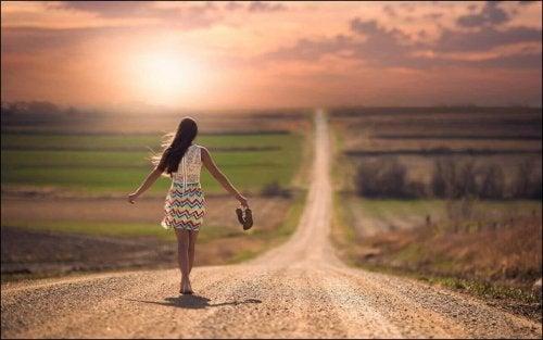 Donna che cammina con vestito colorato