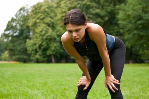Donna che fa ginnastica e non si sente bene