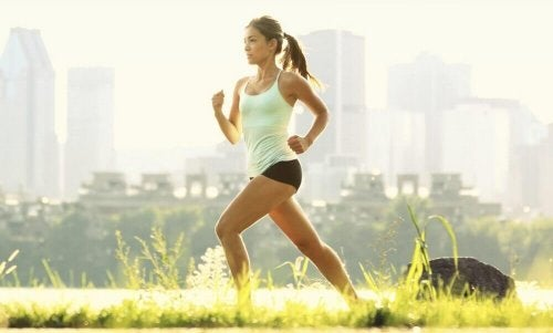 Donna che fa esercizio fisico per snellire e tonificare le cosce