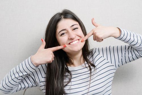 Donna con denti sani