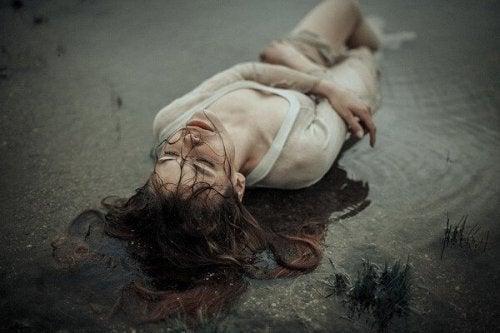 Donna disperata sdraiata a terra