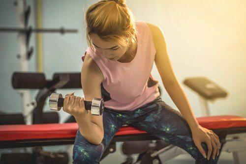 Donna che fa esercizio fisico