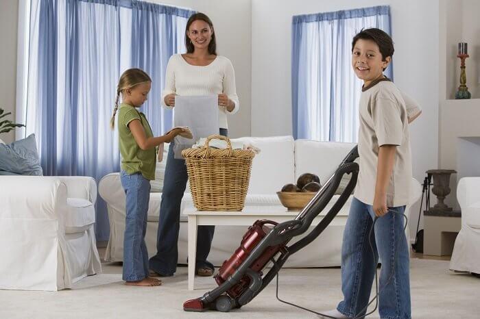 Figli che aiutano a mantenere la casa in ordine