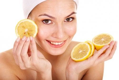 Donna con limoni