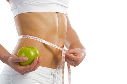 Donna che scopre la dieta giusta per il suo tipo di corpo