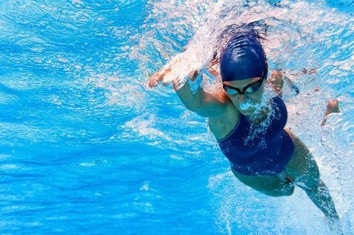 Donna che pratica nuoto