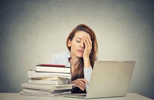 Donna stanca al lavoro che ha bisogno di acido folico