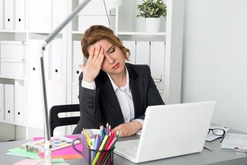 Donna stanca in ufficio