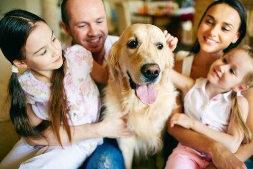 Famiglia con un cane