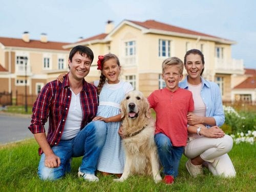 famiglia con un golden retriever