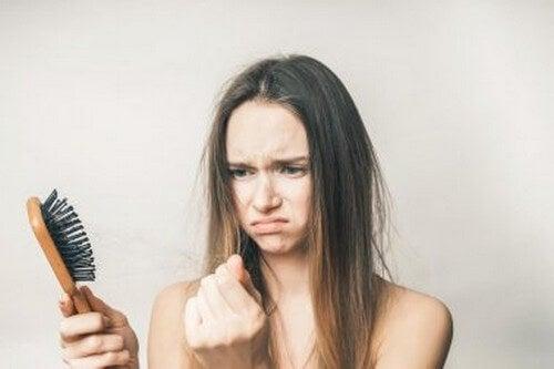 Frenare la caduta dei capelli tra le mura di casa