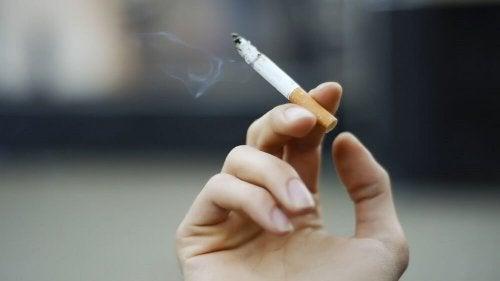 persona con sigaretta