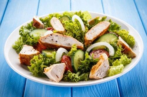 Insalata sana con pollo e verdure