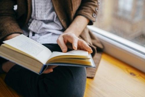 persona legge un libro