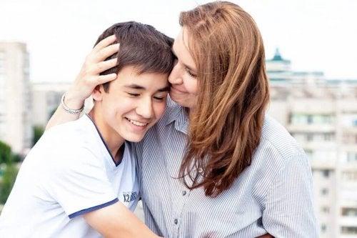 Madre abbracciata a figlio adolescente