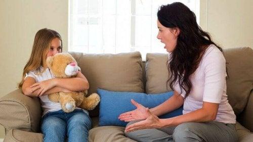 Madre che sgrida figlia abbracciata a peluche