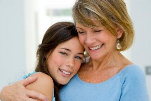 Madre e figlia adolescente abbracciate