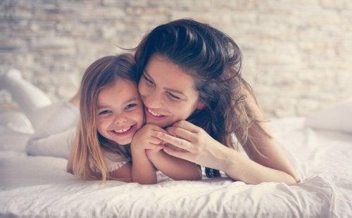 Madre e figlia nel letto