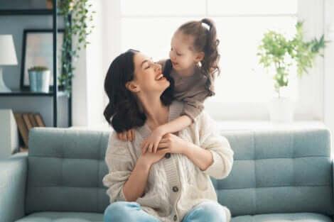 Madre che ride con la figlia.