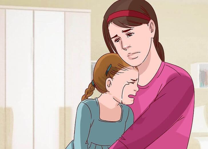 Madre tiene in braccio figlia che piange