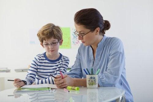 mamma aiuta il figlio con disturbo dell'apprendimento a fare i compiti