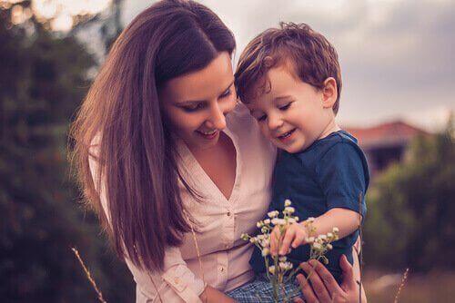 Mamma che tiene in braccio il suo bambino