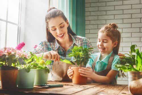 Mamma e figlia fanno giardinaggio.