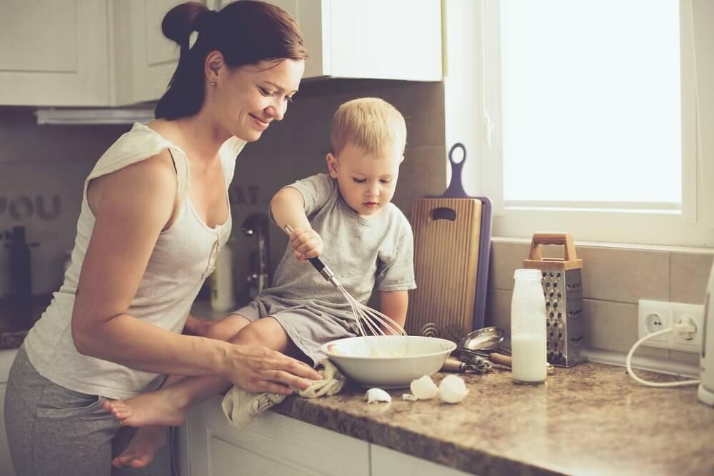mamma e figlio preparano una torta