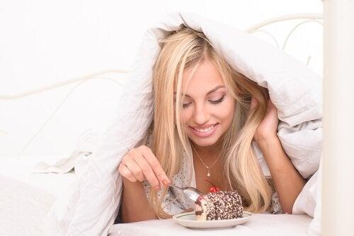 donna mangia dolce sotto le coperte