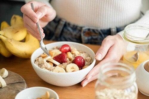 Una sana colazione con frutta e cereali.