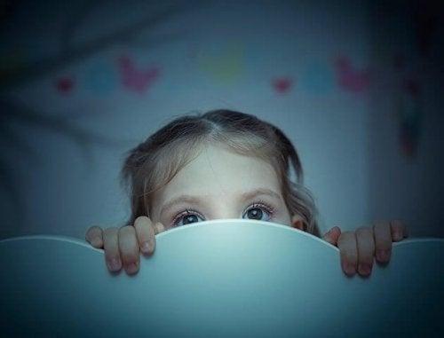 bambina si nasconde