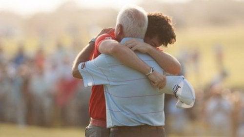 Padre e figlio abbracciati
