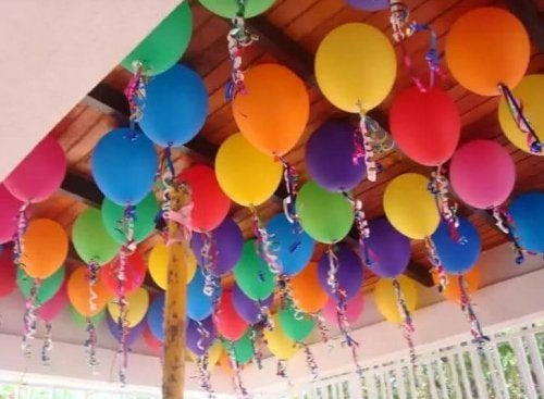 Palloncini colorati su soffitto