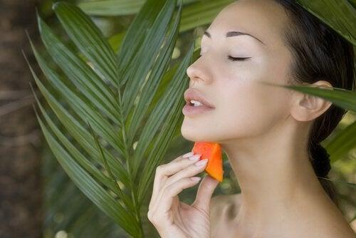 donna applica papaya sul viso