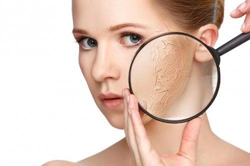 Secchezza della pelle vista con lente di ingrandimento
