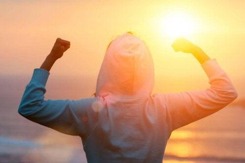 Persona motivata al tramonto