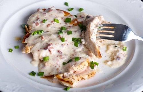 Petto di pollo con salsa al formaggio: ricetta deliziosa