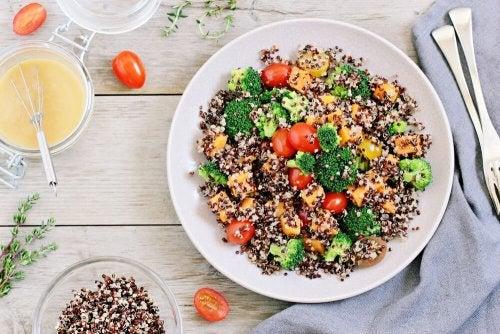 Piatto di quinoa con verdure e semi
