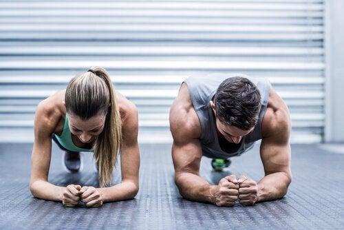 ragazzo e ragazza fanno plank