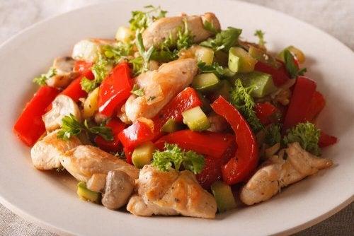 Pollo con verdure saltate
