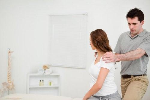 uomo controlla schiena di ragazza