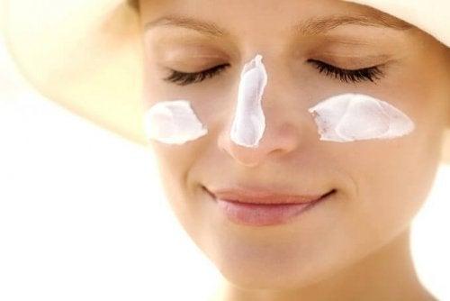 Donna con crema idratante in viso