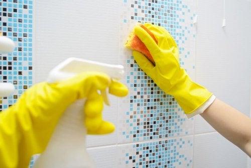 Donna elimina calcare in bagno